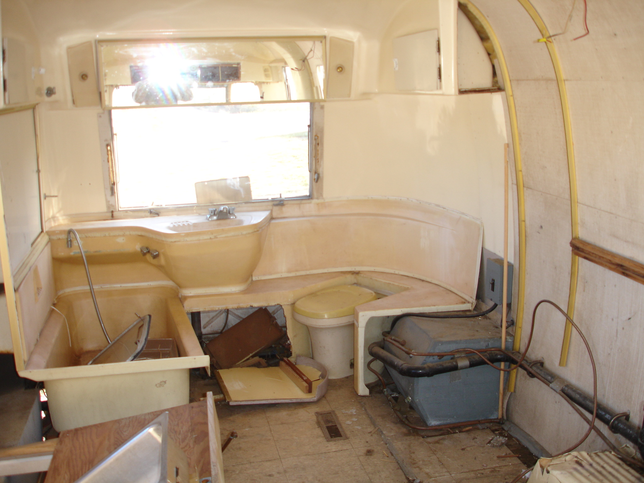 1969 Airstream Bathroom set 1