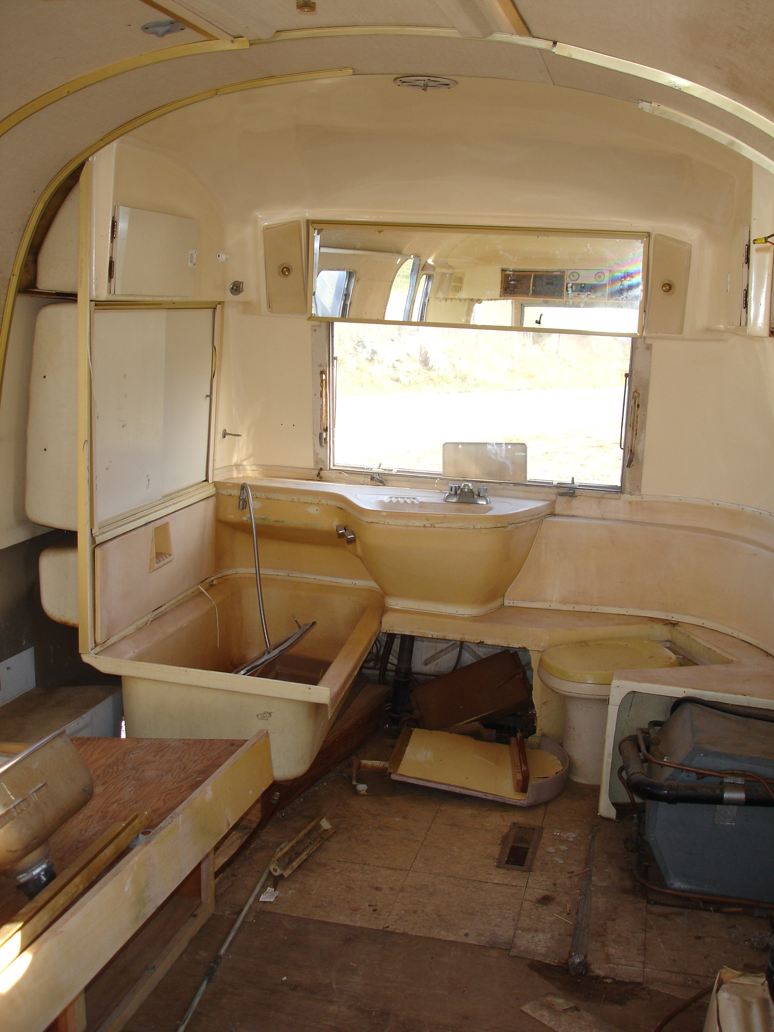 1969 Airstream Bathroom set 2